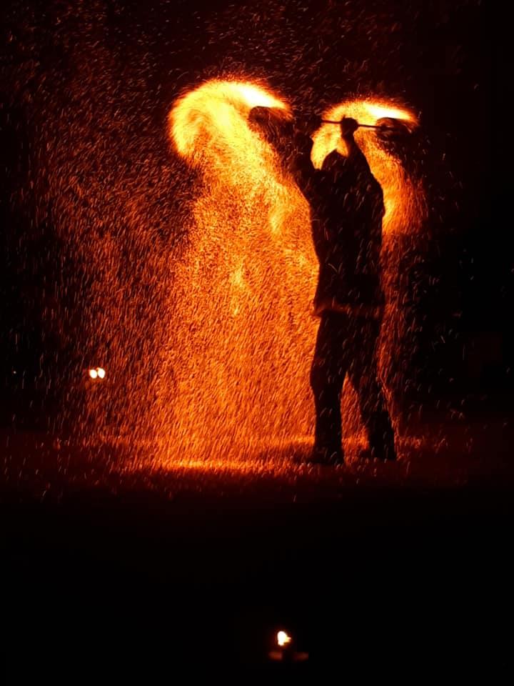 2 hommes entourés d'étincelles de feu